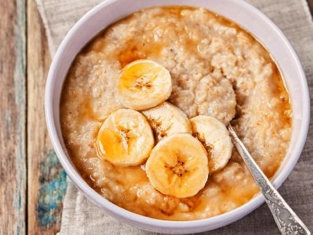 Каша от овесени ядки (или трици) с банан, мед и канела - снимка на рецептата